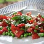 Топла салата с грах, домати и сирене