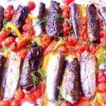 Печени сардини в лозов лист с домати и чушки
