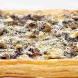 Бутер пица с червен лук, гъби и ароматно сирене