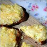 Вкусен тост с праз и сирене
