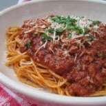 Сочни спагети с бекон и домати