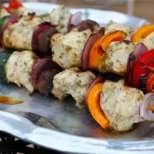 Ароматни шишчета с пилешко и зеленчуци