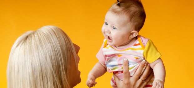 Чии мимики взаимства бебето?