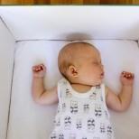 Защо новородените бебета във Финландия спят в картонени кутии?
