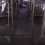 Видео от инцидента - Пътници слизат от автобуса миг преди да го блъсне влак