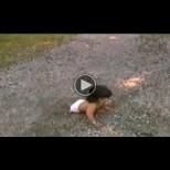 Родителите я оставили защото е родена без крака, вижте какво прави днес (Видео)