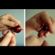 Бърз трик, с който за секунда ще почистите костилките от вишни и череши. Нужно ви е само кламер или обикновена фиба (Видео)