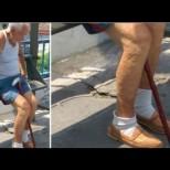 На този дядо днес се смееха всички на автобусната спирка: Когато видите защо, ще ви заболи душата!