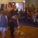 Майка хвърли бебето си на пода! Вижте защо!