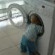 Млада майка сложи детето си в пералня, за да се хвали във Фейсбук и вижте, какво се случи!