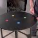 Този мъж поръси металната маса с цветен пясък. Какво се случи след това? Ще останете хипнотизиране!