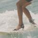 Можете ли така? Тази жена кара сърф с рокля и на високи токчета! (Видео)