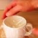 Той сложи найлоново фолио върху чаша и изсипа вътре яйце-Вижте защо го направи!