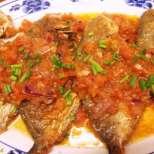Пържена риба с чеснов доматен сос
