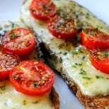 Италиански тост с кашкавал и чери доматчета
