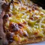 Тиквена пица със сирена и лук