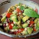 Салата от авокадо с маслини и босилек