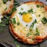 Пица на плоча с индийски хляб и яйце