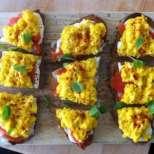 Сандвич със сьомга и бъркани яйца