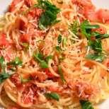 Бързи спагети с домати и кашкавал