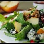 Зелена салата с ябълки и синьо сирене