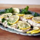 Задушена риба с лимон и магданоз