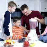 Бащите ядат двойно по-малко плодове от децата си