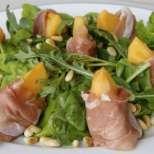 Пъпешова салата с прошуто и кедрови ядки