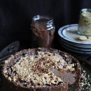 Сурова шоколадова торта с фъстъчено масло