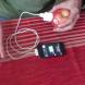 Той постави зарядното в ябълката се случи чудо! Вижте как зареди телефона си!