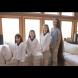 Майката и трите дъщери показаха косите си - Вижте колко шампоан им отива за едно миене!