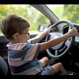 Жена изскочи от автомобила си в движение и остави сина си вътре, той се блъсна в училищен автобус