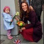 15 очарователни снимки на Кейт Мидълтън с малки момиченца, които ще ви разчувстват