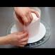 Сложила фолио с мехурчета около тортата. Това, което е направила е фантастично! Ще останете без думи!