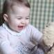Вижте новите снимки на малката принцеса Шарлот, които нарушават етикета на кралското семейство