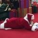 Дядо Коледа лежи на земята пред смаяните погледи на хората, но вижте причината да го прави!