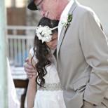 Баща води до олтара малката си дъщеря и всички плачат, но не от радост, а ...