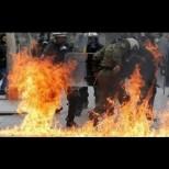 Пряко от Гърция: Кръв и безредици на протестите! Сблъсъците продължават в ...