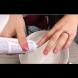 Тя изтърка ноктите си с паста за зъби! Когато видите защо и резултатите, веднага и Вие ще направите същото! (Видео)