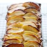 Сладкиш с ябълки и стар хляб