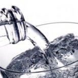 По колко вода е полезно да пием на ден и защо