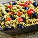 Макаронена салата с песто и маслини