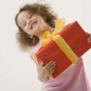 Трябва ли да купуваме скъпи подаръци на детето си
