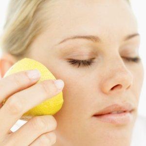 Домашни рецепти за премахване на лунички и пигментни петна