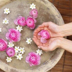 Как да си направим розова вода за почистване на лицето