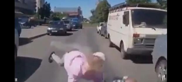 ВИДЕО-Майка хвърли децата си пред кола!