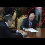 Хит снимка запали Интернет: Какъв е този странен предмет в кабинета на Путин?