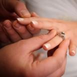 Знаете ли защо носим брачната халка на безименния пръст на лявата ръка-Вижте истината, която ще ви смае!