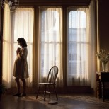 Всяка сутрин бременната жена вижда съпруга си през прозореца, как отива на работа, но не я целува нея на раздяла, а ...