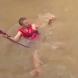 Няма да повярвате! Мъж рискува живота си, като скочи в бурни води, за да спаси... Вижте какво